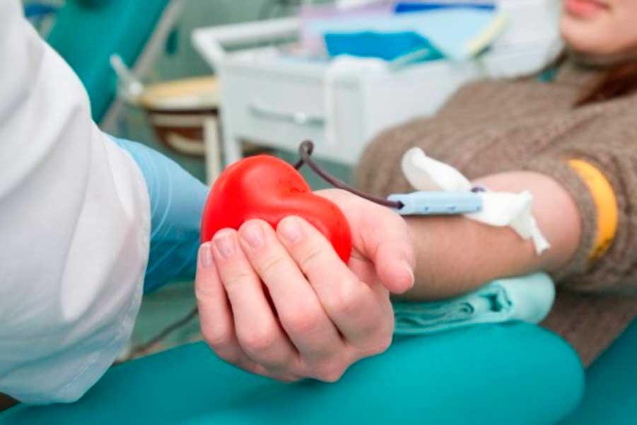 девушка сдает кровь на анализ