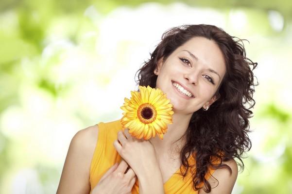 Девушка держит цветок в руках