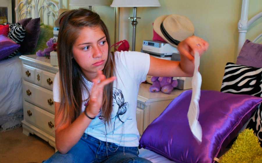 девочка держит прокладку в руке