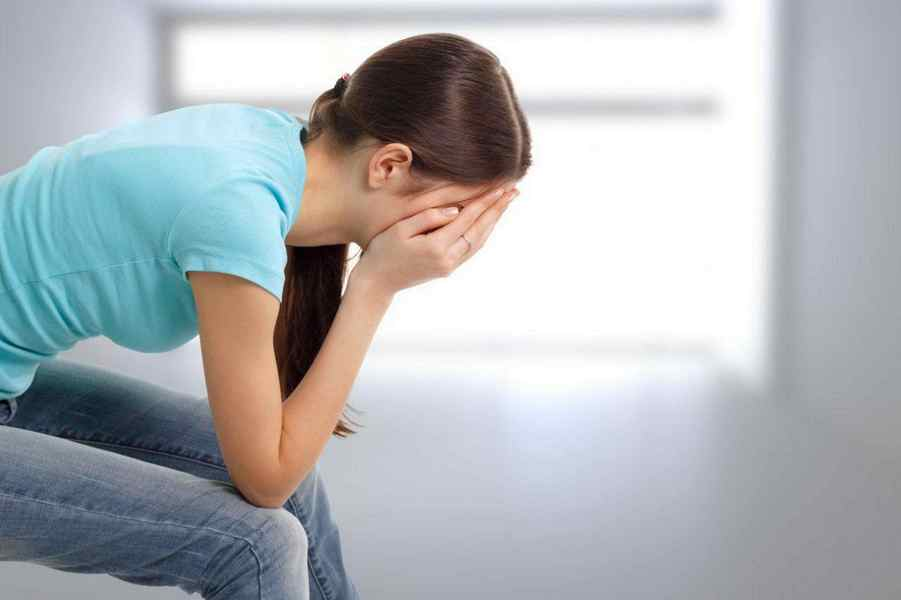 Плачет девушка