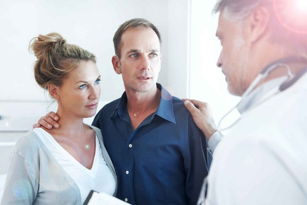 Пара у врача на консультации