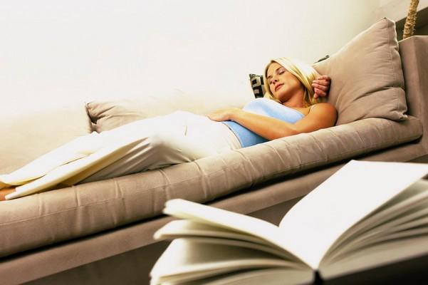 Лежа на диване
