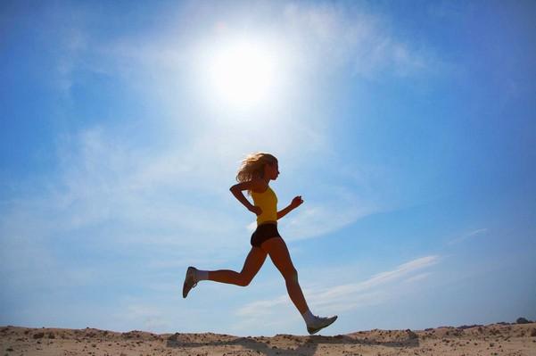 девушка занимается бегом в менструацию