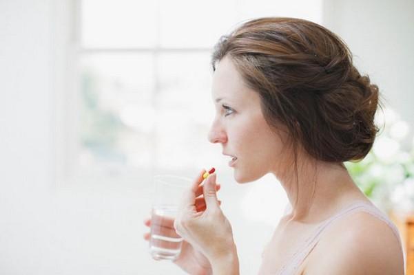 женщина принимает препарат