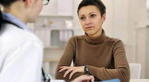 женщина на консультации врача