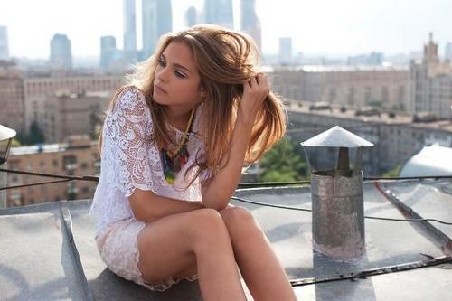 женщина сидит на крыше